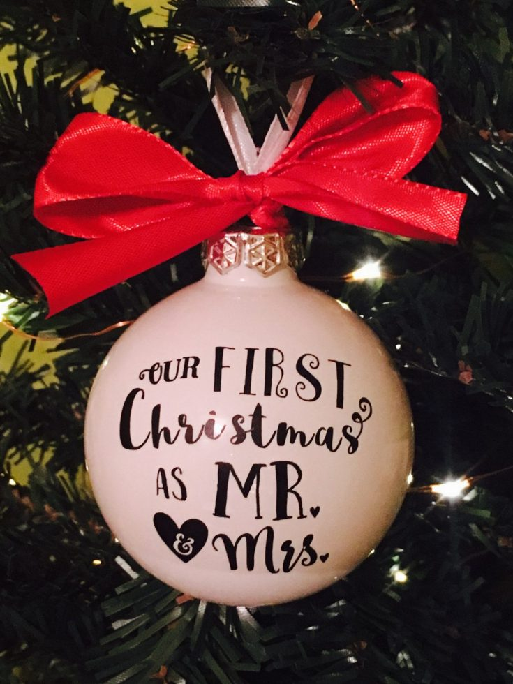 DIY Mr & Mrs first Christmas ornament with vinyl – Free cut file {Advent calendar – Day 4}
