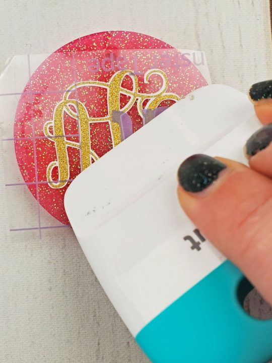 how to make resin keychains with vinyl