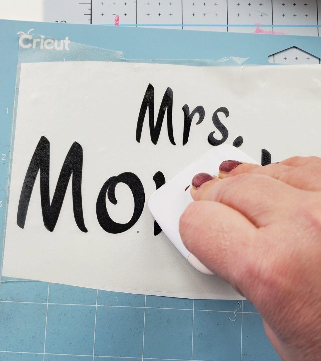 putting vinyl on teacher pencil sign